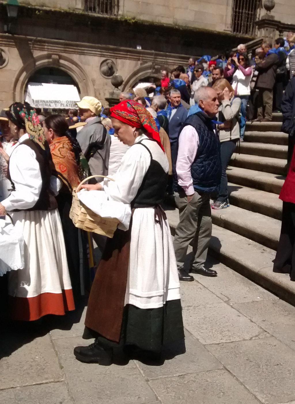 Muller con traxe galego e zocos
