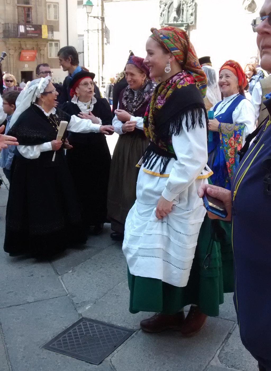 Mujer con zuecos y traje típico
