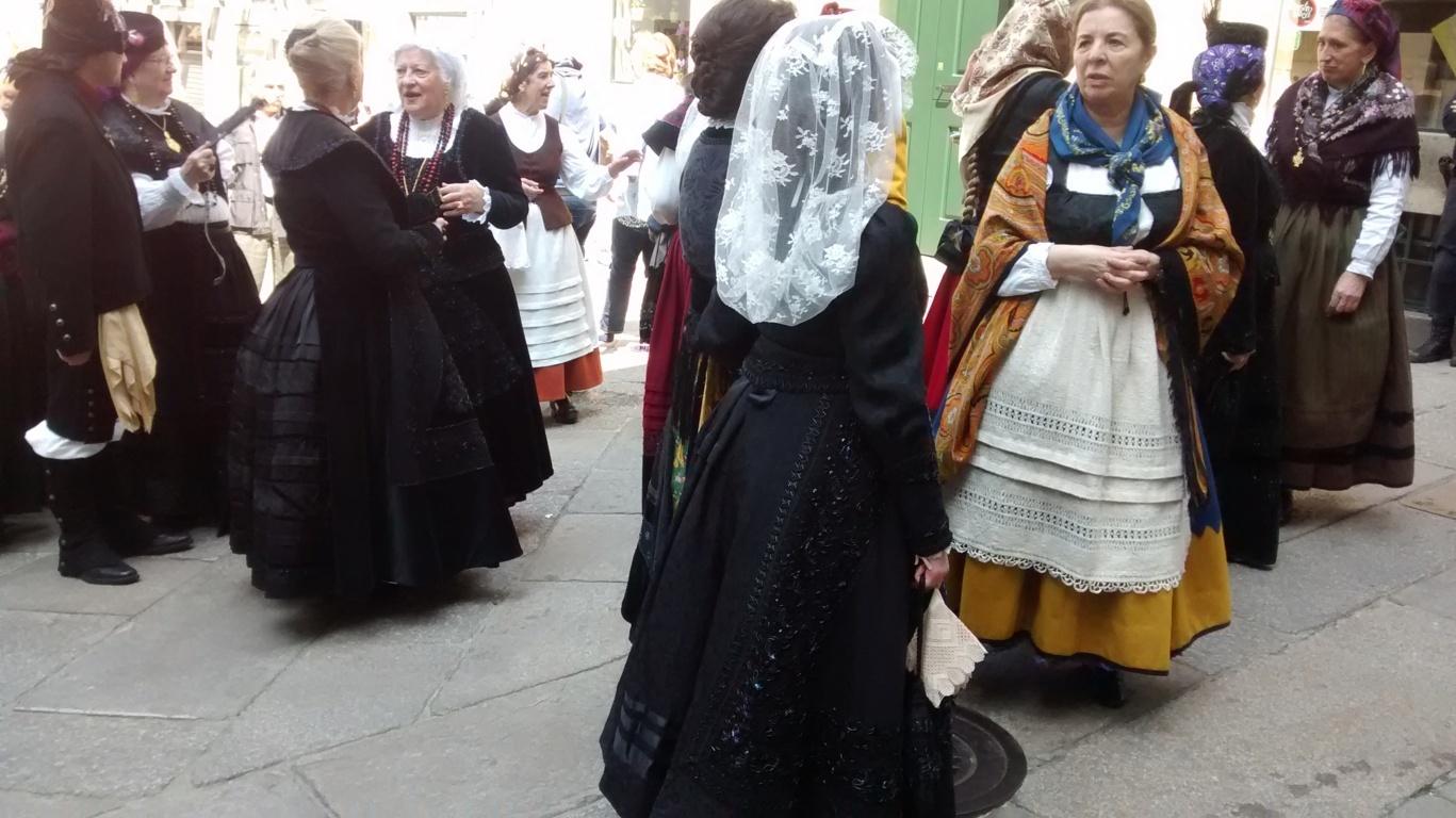 xuntanza de mulleres con traxe galego