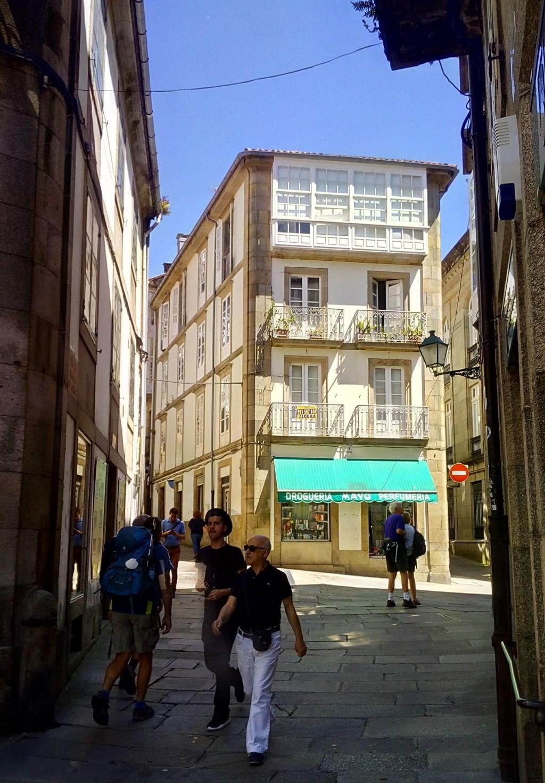 Foto 1- Desde plaza de Cervantes, la Rúa de la algalia de Arriba continua por la salida de la izquierda segú la foto