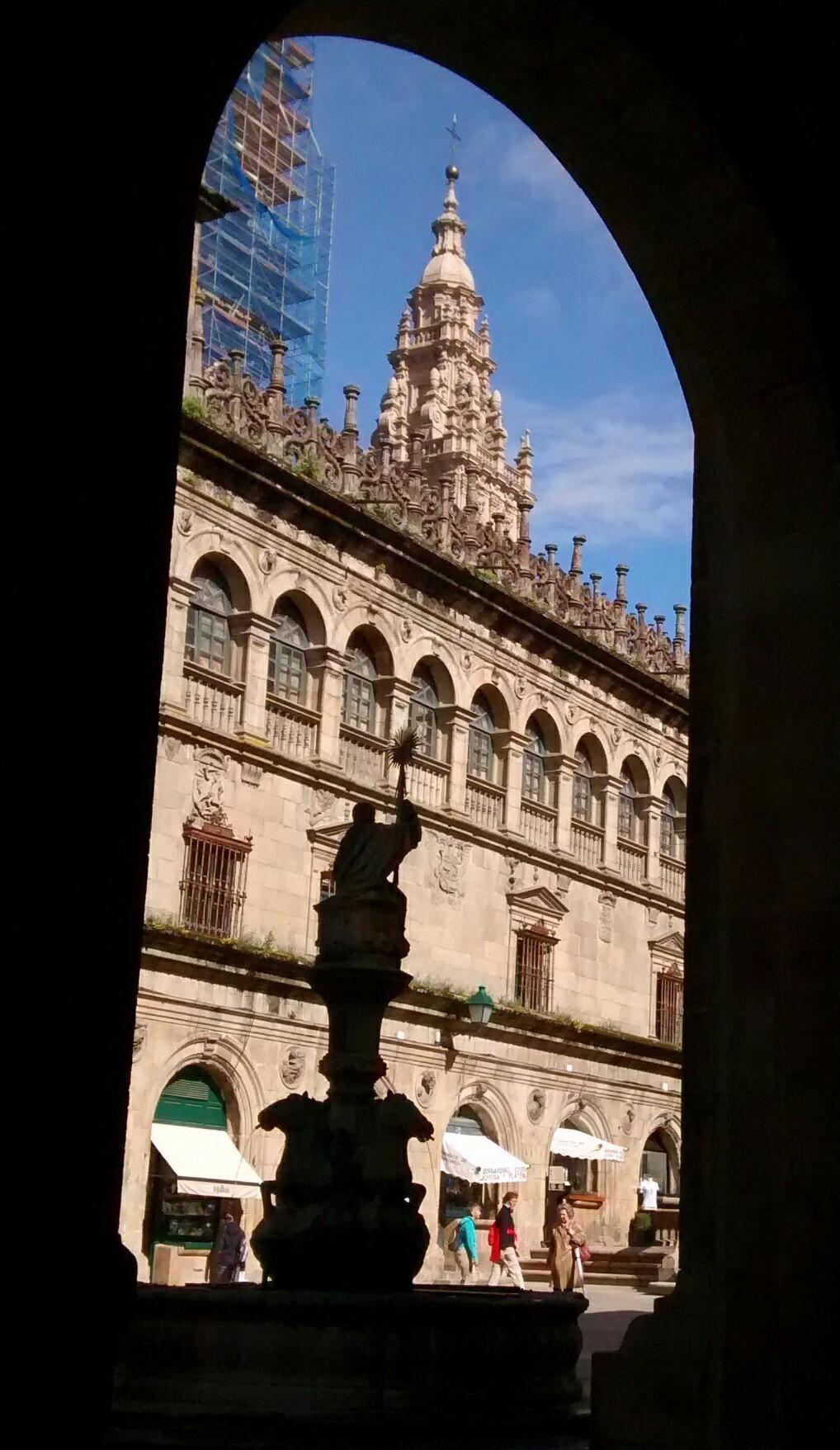En Platerías, fuente de los Caballos y fachada del claustro de la Catedral