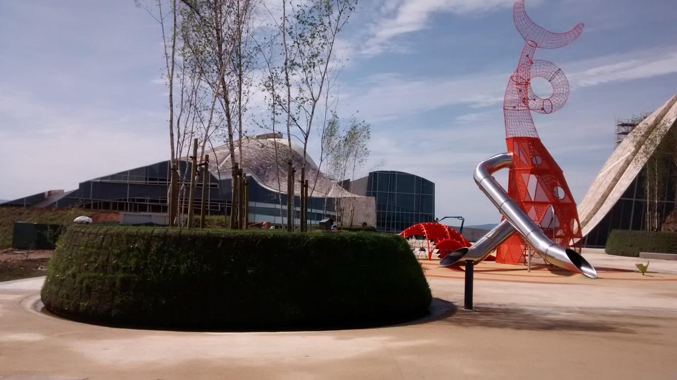 Parque infantil, al fondo Centro de Innovación Cultural y Modernización Tecnológica de Galicia