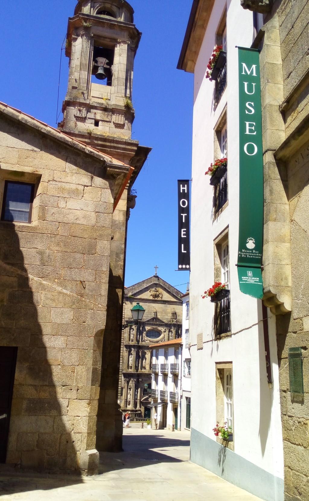 Foto 3 - Entrando en la plaza de San Miguel, a la izquierda iglesia de san Miguel dos Agros
