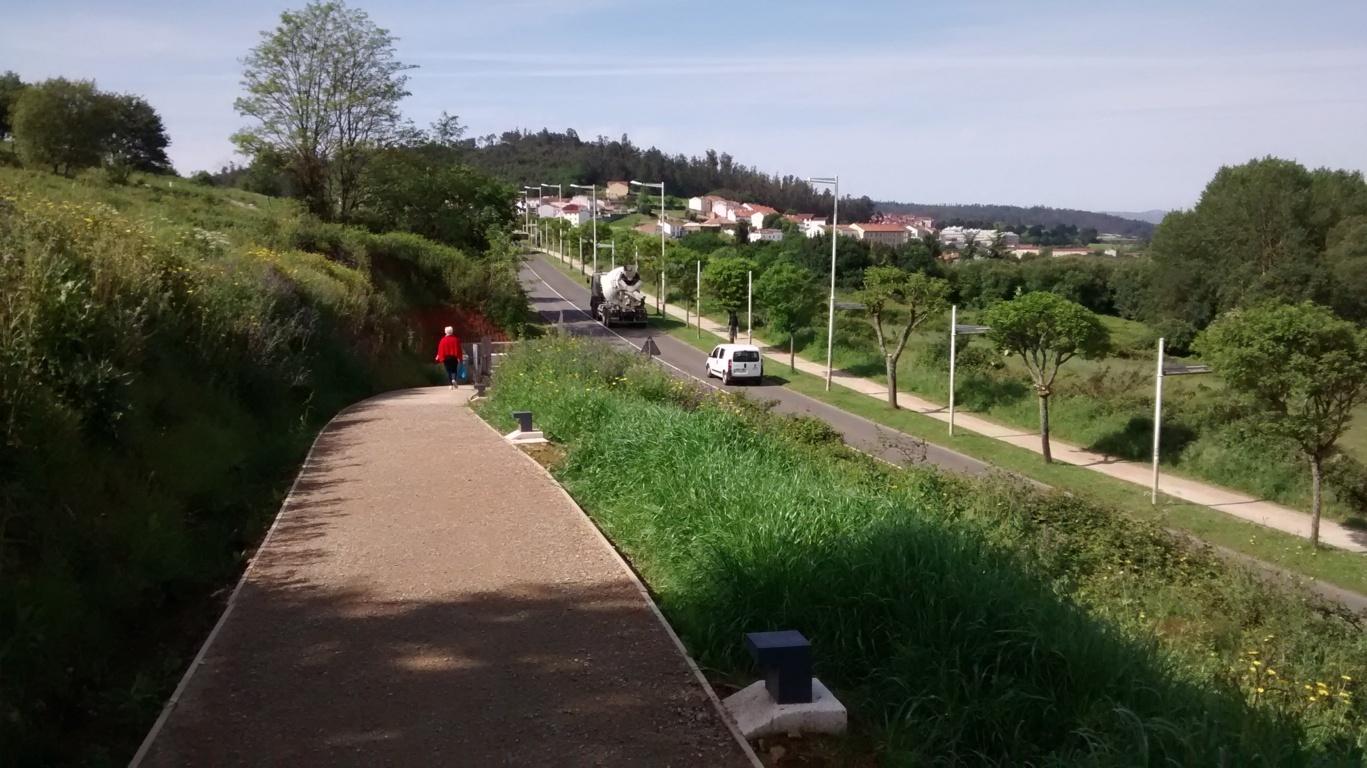 Desde el paseo, vista del acceso en rúa Diego Bernal