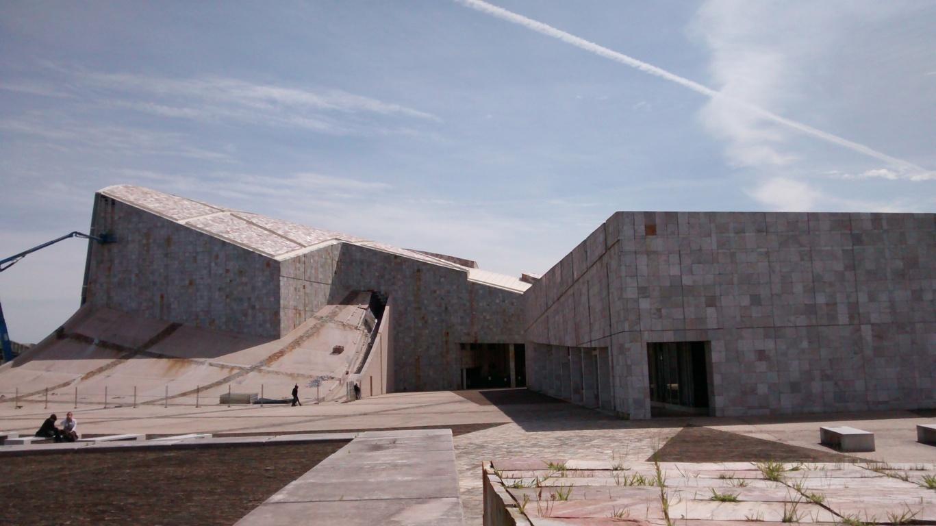En la foto: A la izquierda Biblioteca y Archivo de Galicia. A la derecha Centro de Emprendimiento Creativo de Galicia