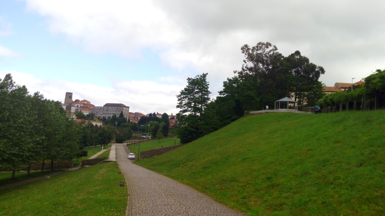 Recorriendo el parque, zona Norte de Compostela al fondo
