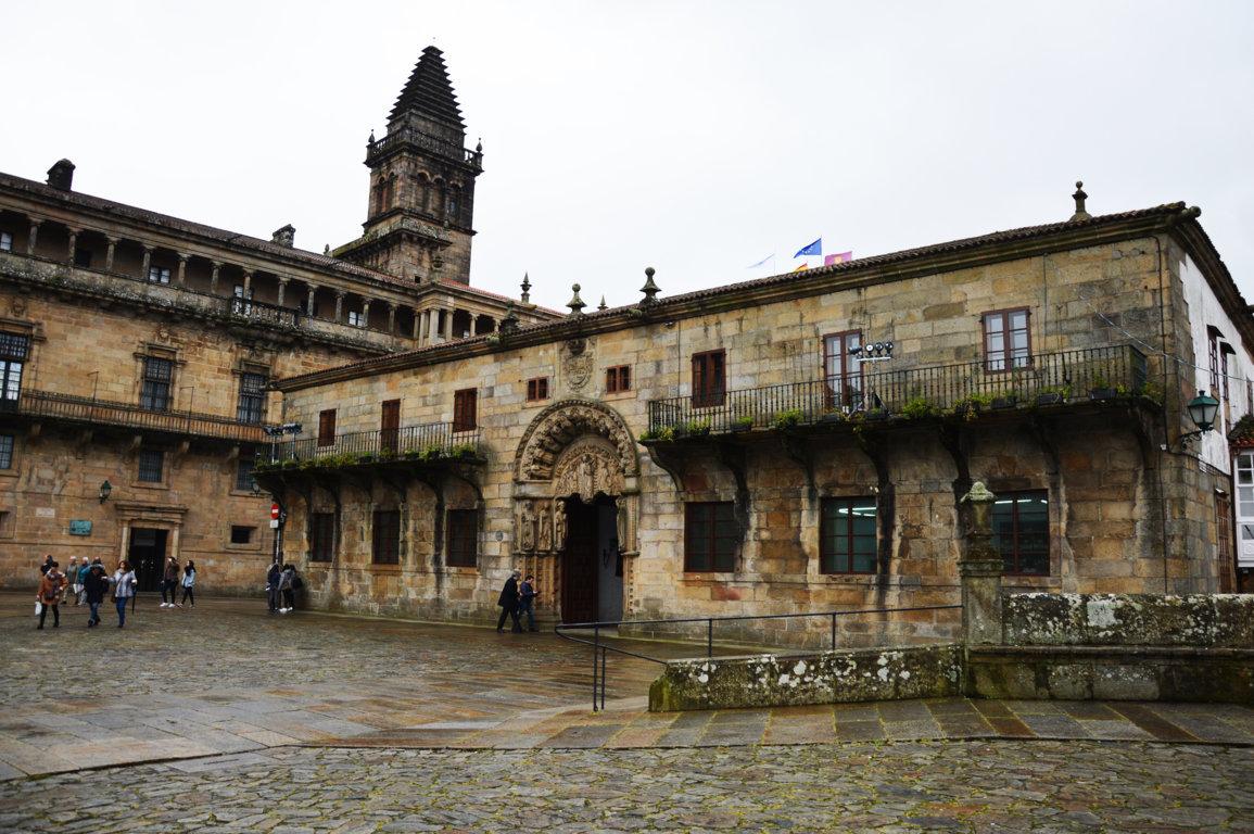 Foto 3 - Palacio de San Gerónimo, (En gallego Pazo de San Xerome). Fundado por el arzobispo Fonseca en 1501 para estudiantes pobres. La portada principal es románico-gótica. Durante el siglo XX fue sede de la Escuela Normal de Magisterio. Desde los años ochenta alberga el Rectorado d ela Universidad de Santiago.
