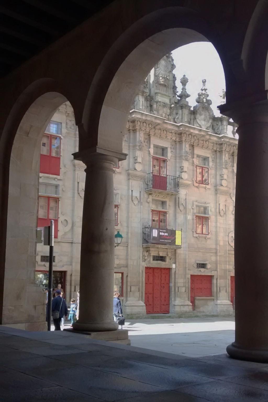 Desde el edificio del Museo de la Peregrinaciones, fachada de la Casa del Cabildo