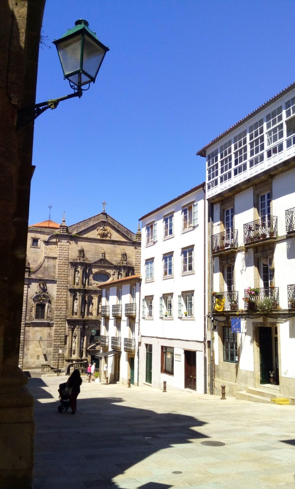 Foto 4 - Plaza de San Miguel, al fondo Rúa da Fonte de San Miguel e iglesia del convento de San Martín Pinario