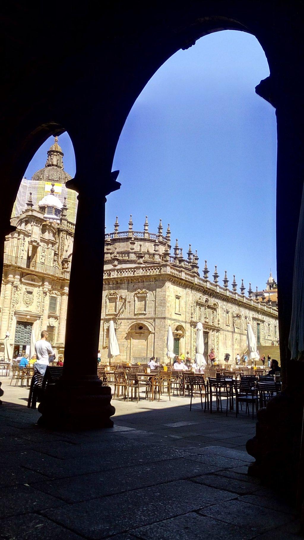 Desde Casa de la Conga el largo muro barroco construido en el S. XVII y que cierra la cabecera románica original de la catedral