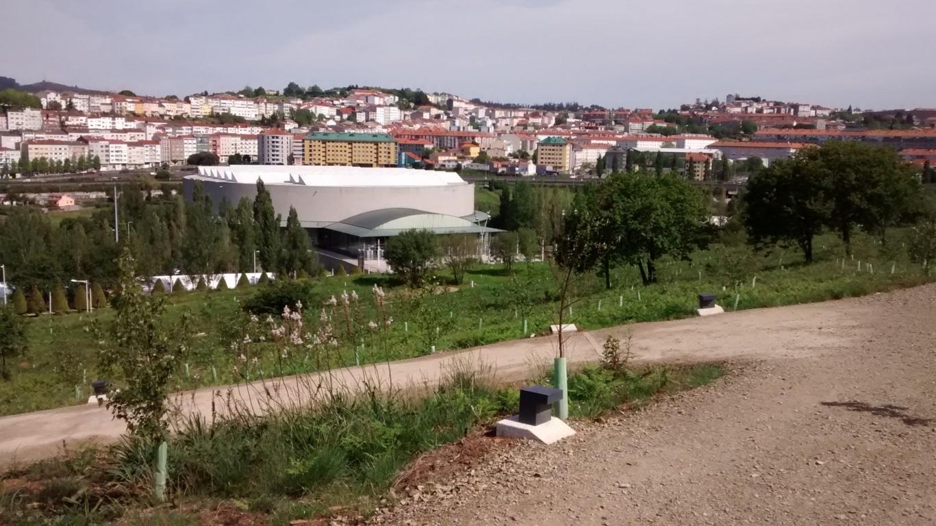 Desde el camino, vista del polideportivo de Sar y Fontiñas al Fondo