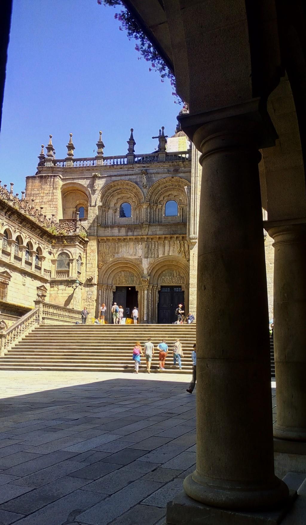 Acceso a la Catedral desde la Plaza de Platerías (Único tramo románico que se conserva)