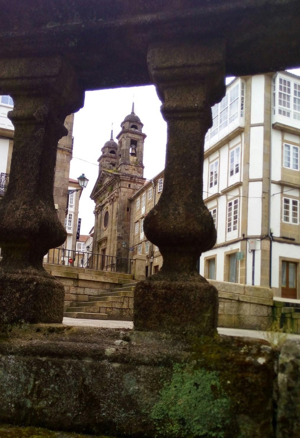 Foto 6 - Iglesia de San Miguel dos Agros desde escalinata de San Martín Pinario