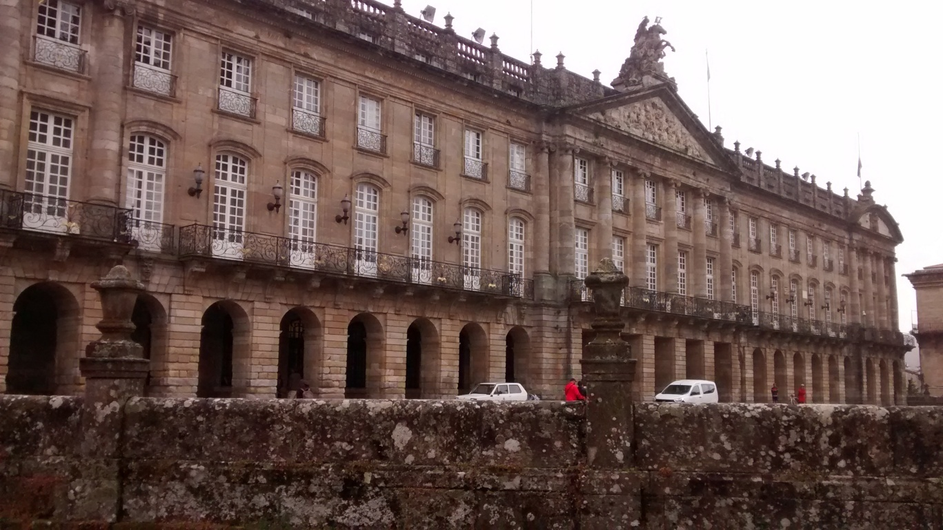 Palacio de Rajoy (en gallego, Pazo de Raxoi). Es la sede del Ayuntamiento de la ciudad. Se trata de una construcción de estilo neoclásico, su construcción fue ordenada por el arzobispo de Santiago, Bartolomé Rajoy Losada, en el año 1766 con la finalidad de servir como seminario para confesores.