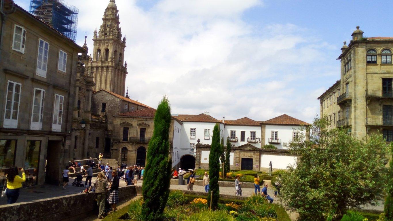 Al fondo de la plaza se encuentra la parte posterior del Pazo de Xelmirez, su fachada principal da frente a la plaza del Obradoiro. Palacio Episcopal mandado construir por el arzobispo Diego Xelmirez S. XVIII