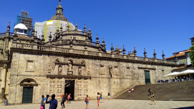 Muro barroco con la Puerta Santa (Quintana de Muertos) y a la derecha la la Puerta de los Abades (Quintana de Vivos)