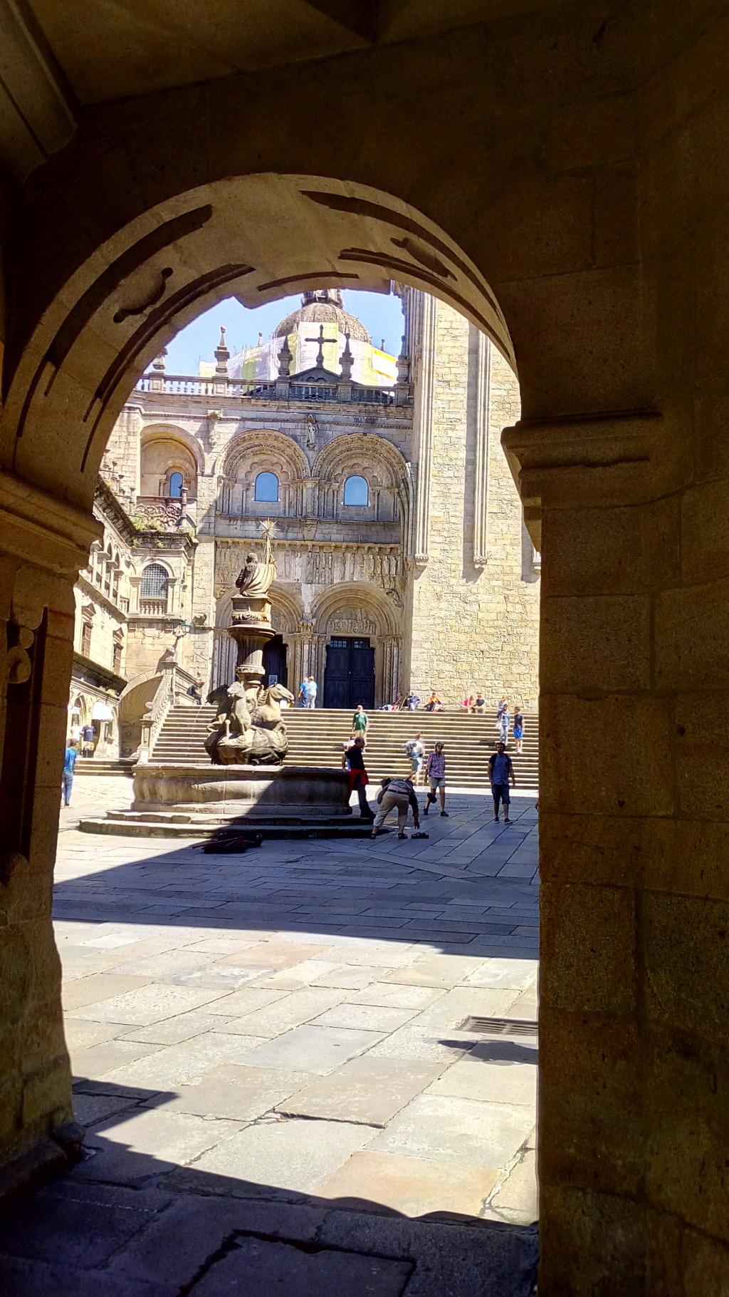 Desde laDesde la Rúa del Villar, vista del la plaza del Toral con su famosa Fuente de los Caballos y al fondo acceso a la Catedral (Único tramo románico que se conserva)