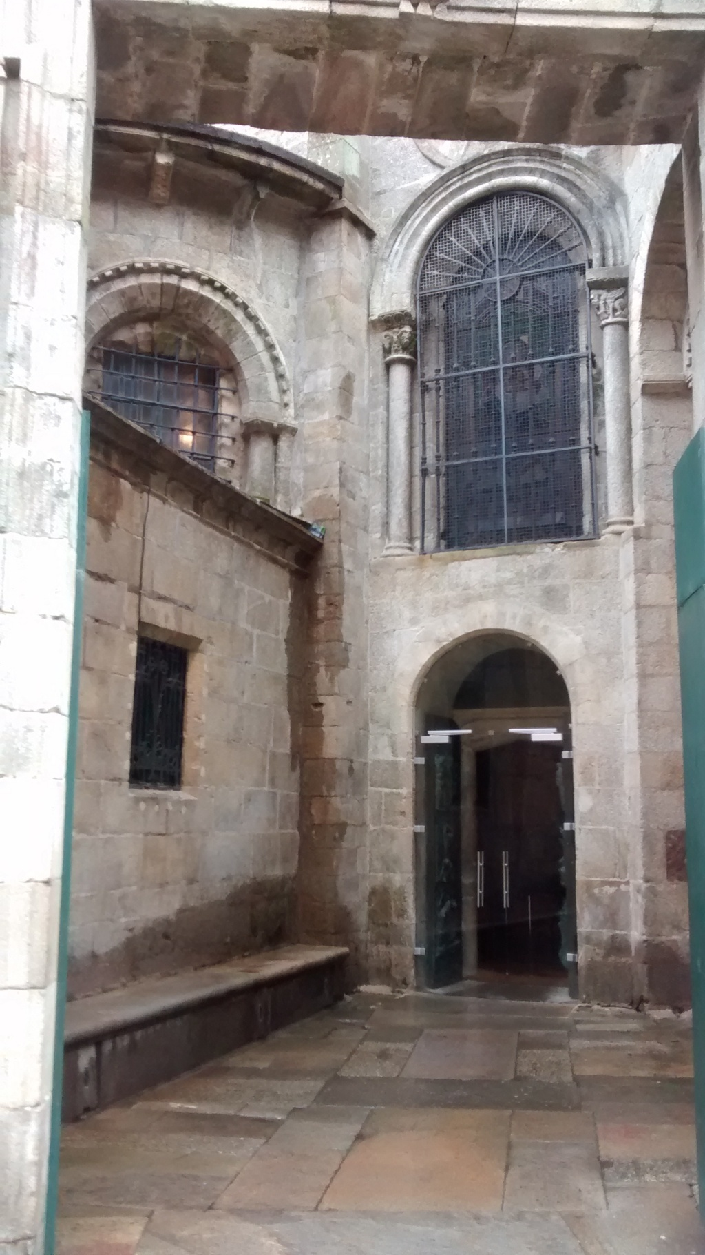 Al interior de la puerta del muro barroco, se encuentra la puerta Santa correspondiente a la catedral románica