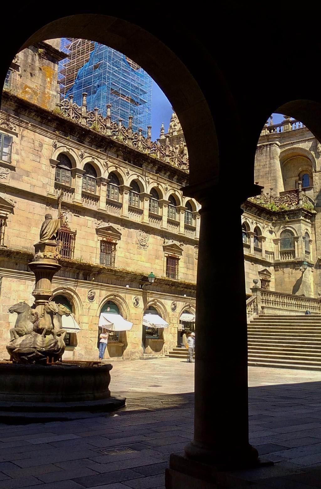 En Platerías, fachada del claustro de la Catedral, diseñado por Juan de Álva (S. XVI)