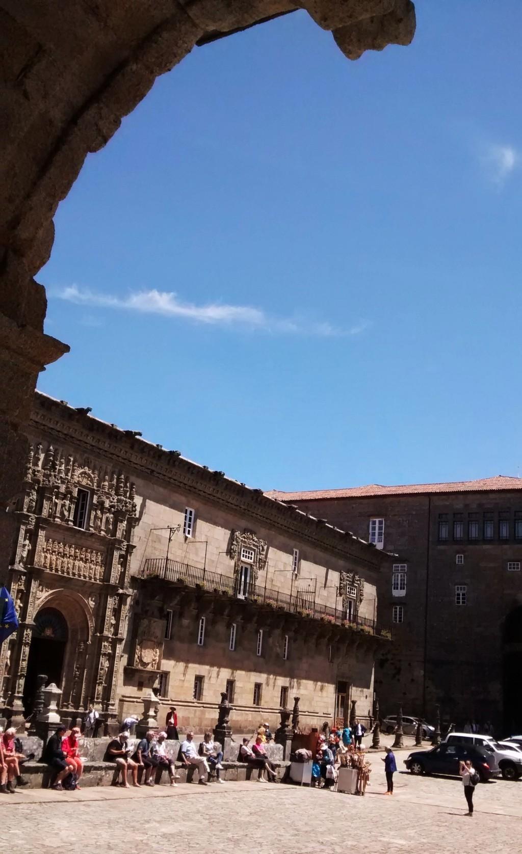 Vista del Hostal de los Reyes Católicos desde soportal del Pazo de Raxoi