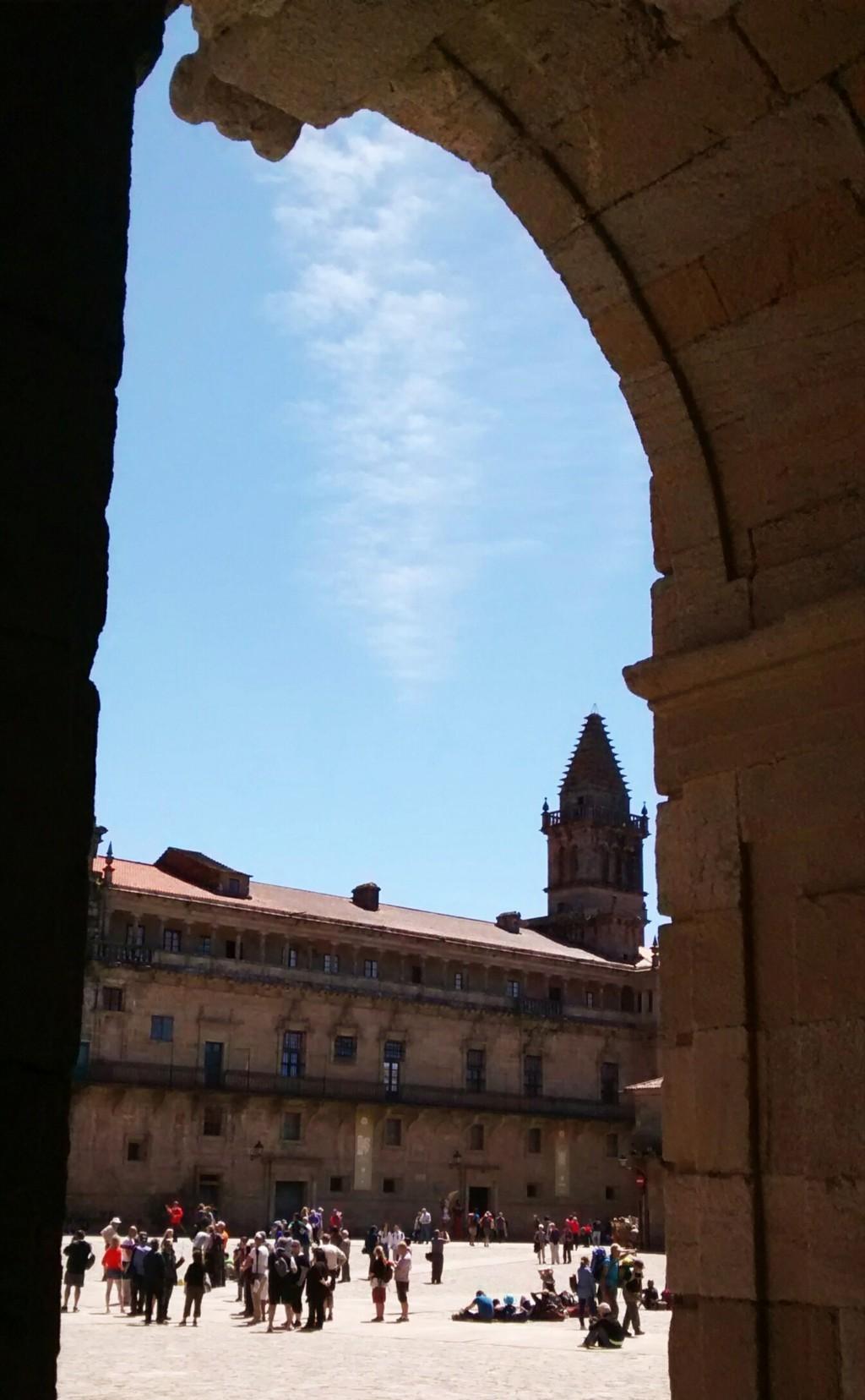 Fachada del claustro de la Catedral y Torre de la Vela desde soportal del Pazo de Raxoi