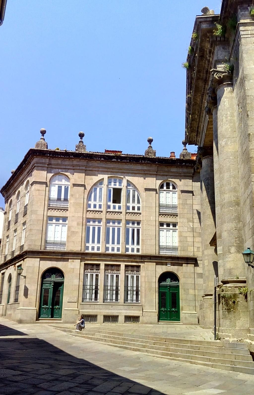 Foto 10 - Al frente Archivo Histórico de la Universidad, a la derechas iglesia de la Ánimas