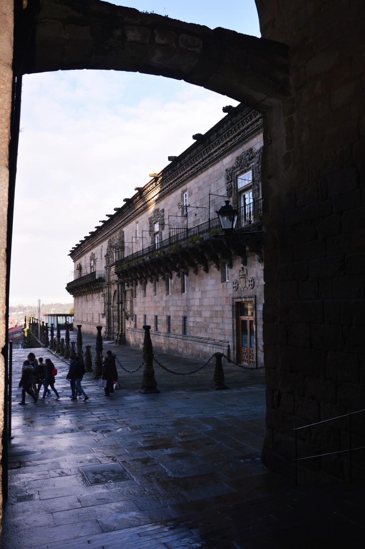 Llegada a la Plaza del Obradoiro desde la plaza de la Inmaculada por el pasadizo que cruza el Pazo de Xelmirez