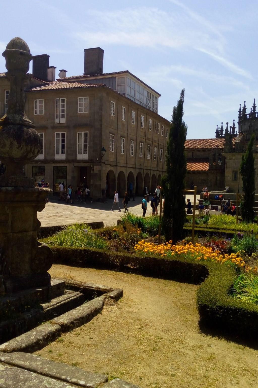 Entre los edificios situados en la foto a la izquierda y la catedral (Capilla de la Corticela) en el margen derecho, se encuentra un acceso a la plaza de la Quintana