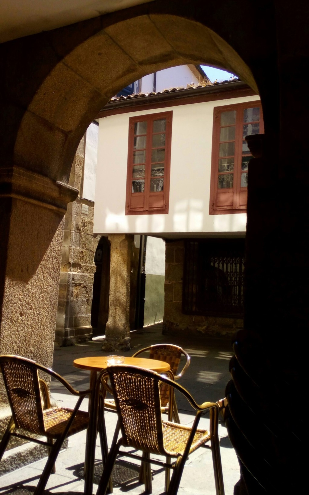 Rúa del Villar. Al frente acceso a rúa de Entre Rúas