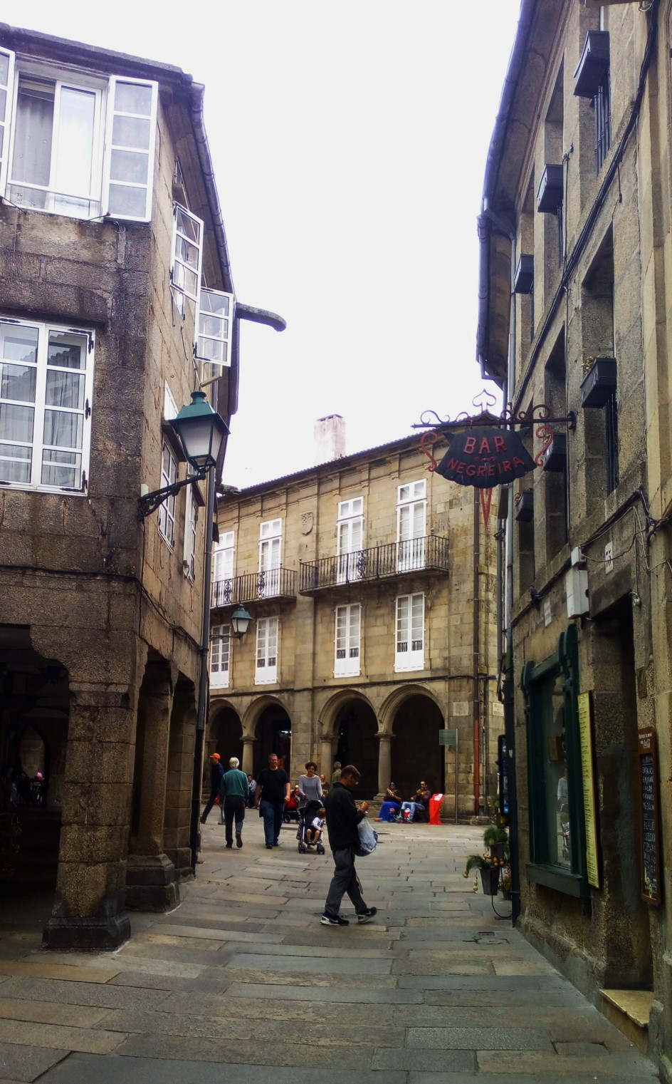 Desde la rúa, vista al fondo de la fachada lateral de Pazo de Bendaña, obra de Clemente Fernández (Terminada en1759)