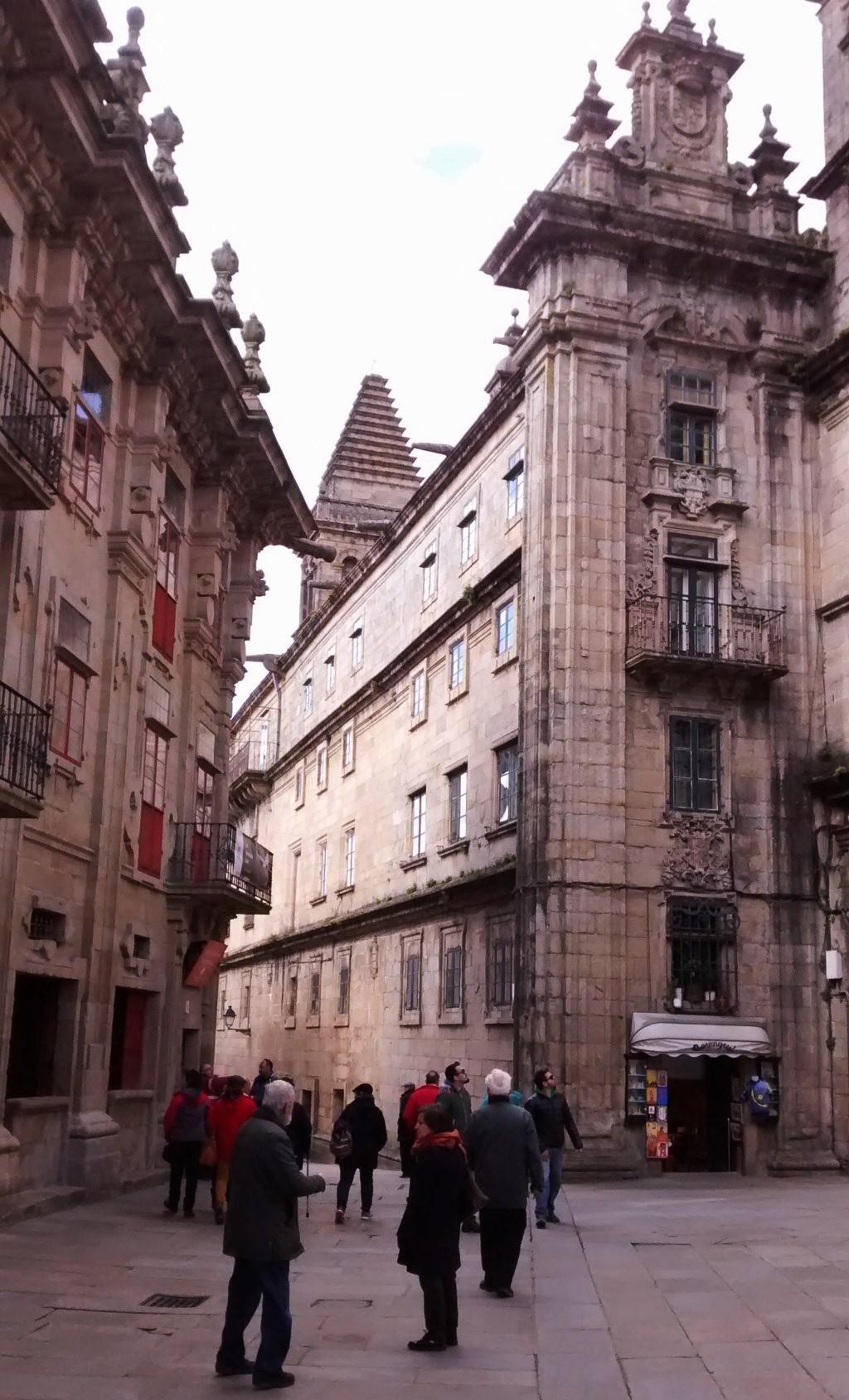 Entre la Casa del Cabildo y muo del Claustro de la Catedral,  Rúa de Fonseca