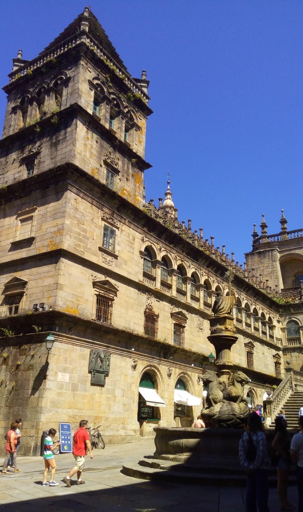 Fuente de lo Caballos, Torre del Tesoro y muro del Claustro