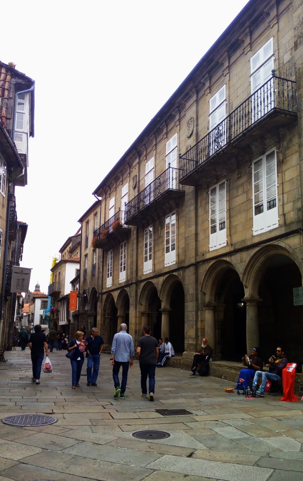 Tramo 3 - Rúa del Villar - a la derecha la fachada lateral de Pazo de Bendaña