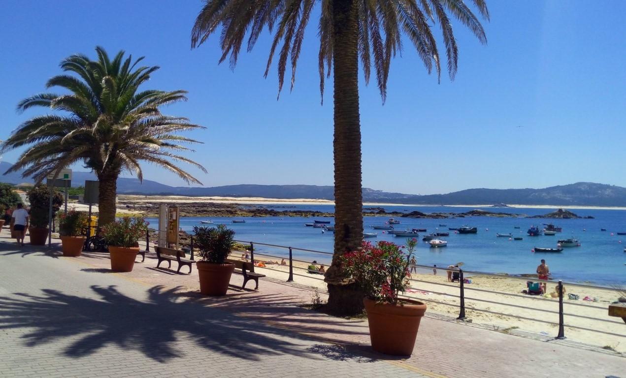 Desde la Rúa do Porto la Playa de Robeira, en el horizonte se encuentra la playa de Ladeira y la duna de Corrubedo