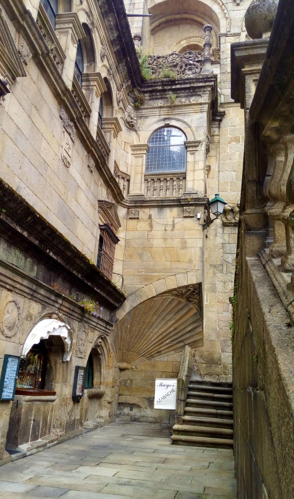 Rincon entre el muro del claustro y la fachada de la Catedral