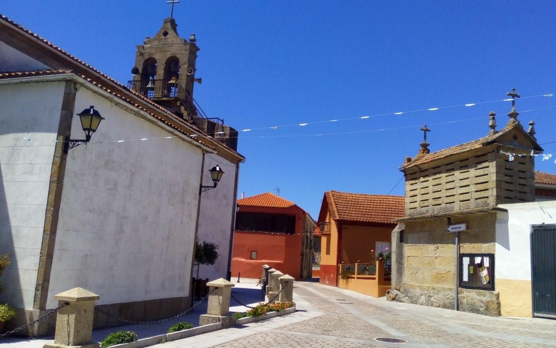 Rúa de la Iglesia y llegada de la Rúa Escorial por la derecha