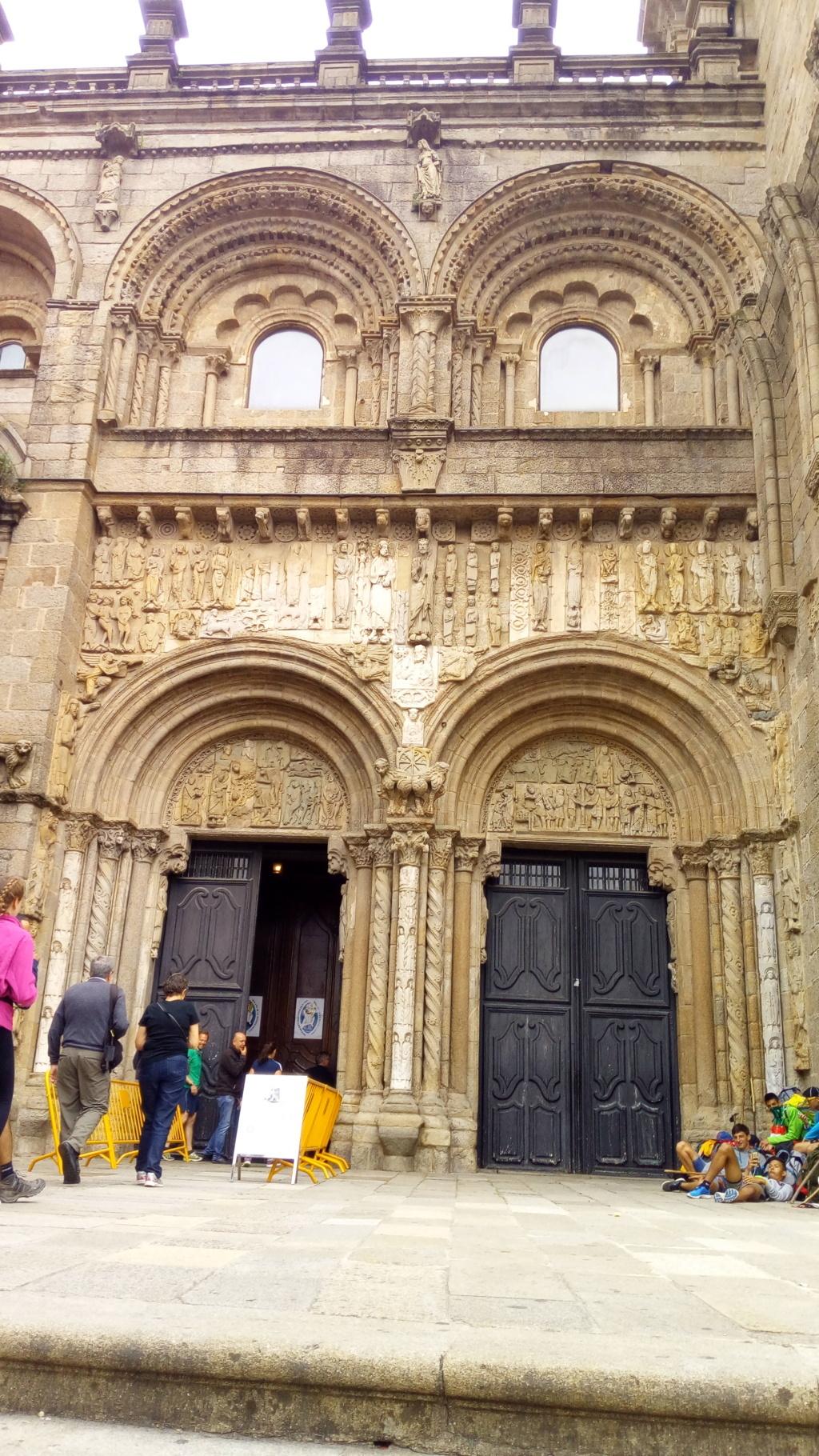 Al Norte, puerta de accose a la catedral desde Platerias. Este tramo comprendido entre el muro del claustro y la Torre del Reloj el el unico trama románico que se conserva