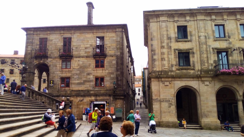 Fachada Este de la Plaza. Entre la Casa de la Conga y el Museo de la Peregrinaciones se encuentra la Rúa de la Conga
