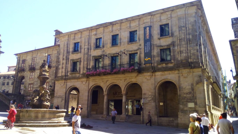Casa Museo de las Peregrinaciones. Por la derecha, rúa de Xelmirez