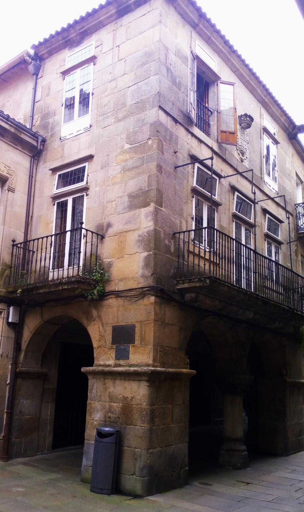 """Rúa del Villar Nº 15. En esta casa tuvo sus talleres la imprenta editorial """"Nós""""fundada por Ánxel Casal. (Fixo por Galicia máis que todos nós) Castelao"""