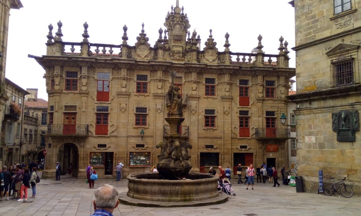 Al Sur de la Plaza. Casa del cabildo y  accesos laterales a la plaza, por la izquierda Rúa del Villar y por la derecha Rúa de Fonseca