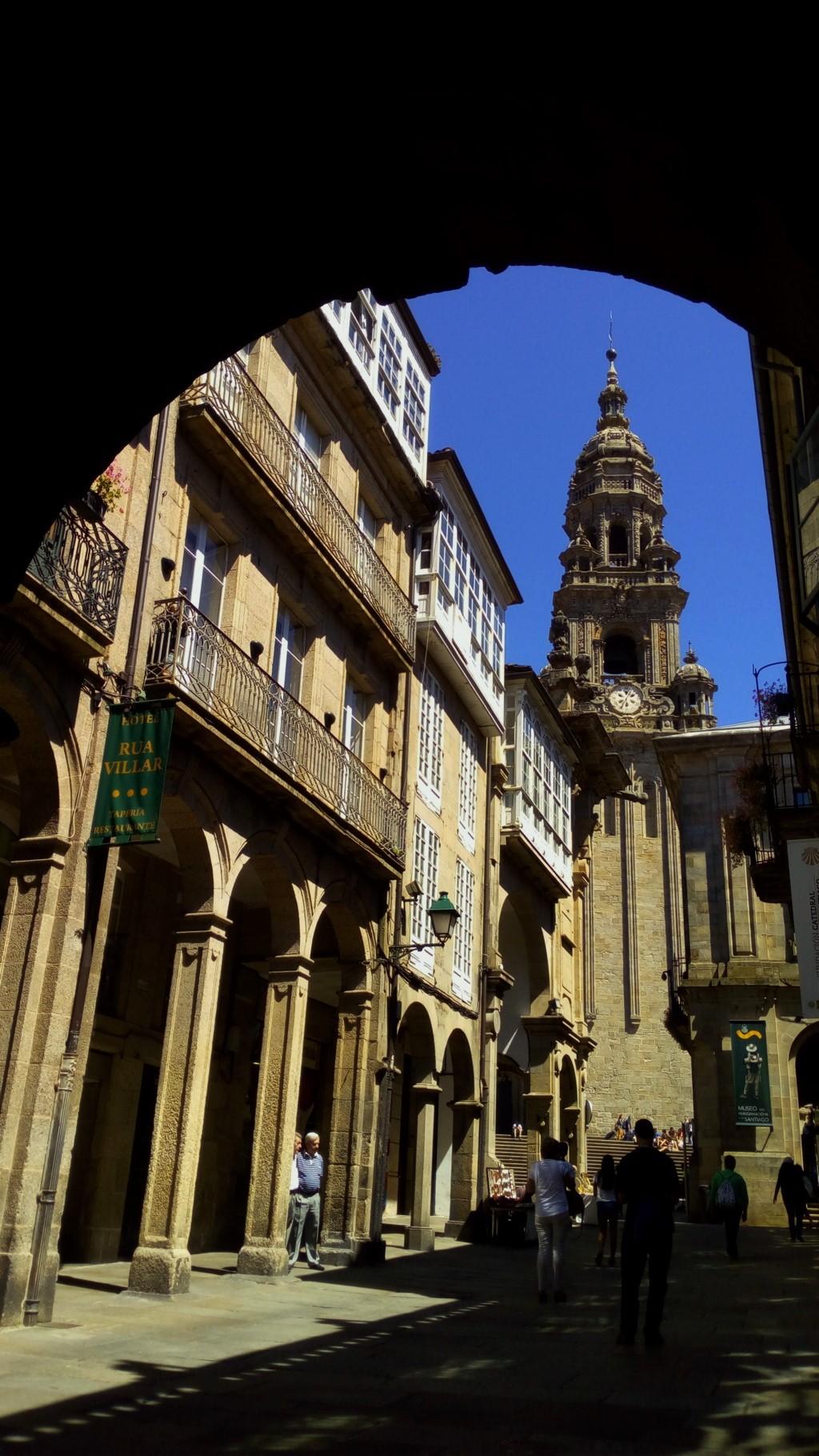 Tramo 15 - Rúa del Villar, al fondo Torre de la Berenguela o del Reloj de la Catedral de Santiago