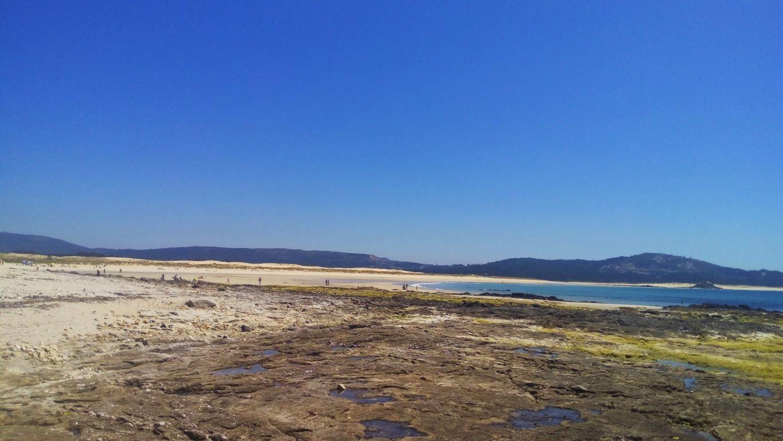 Comienzo de la playa de Ladeira, dunas de Corrubedo al fondo