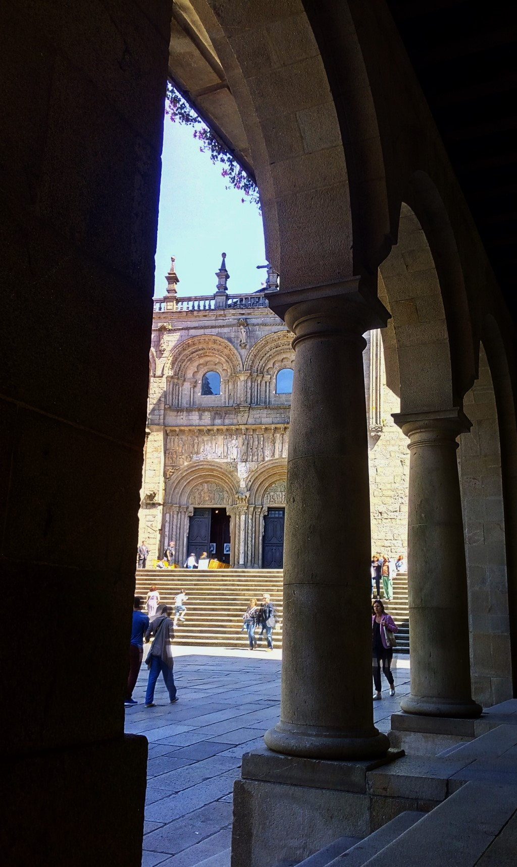 Desde soportal del Museo de la Peregrinaciones, vista del acceso a la catedral